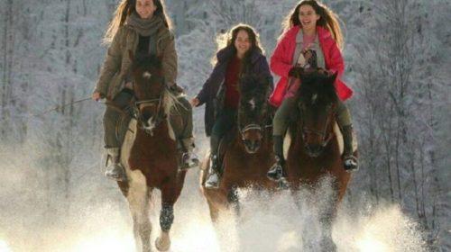 Fotografije tri sestre iz BiH kako galopiraju na konjima po snijegu oduševile region