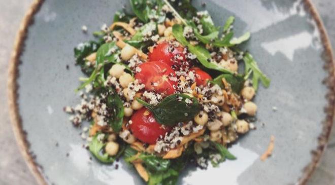 Proteinska salata sa leblebijama i kukuruzom spremna za 5 minuta