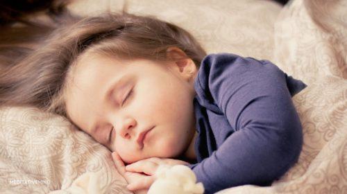 Da li je zaista loše uspavljivati bebu u naručju?