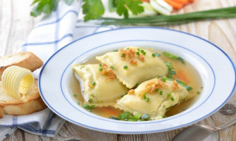 Ukusna ravioli supa sa povrćem i sirom