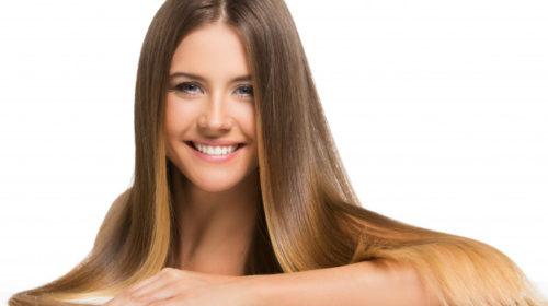 Ispravljanje kose bez pegle i prese: Toka tehnika zaludjela žene na Jutjubu