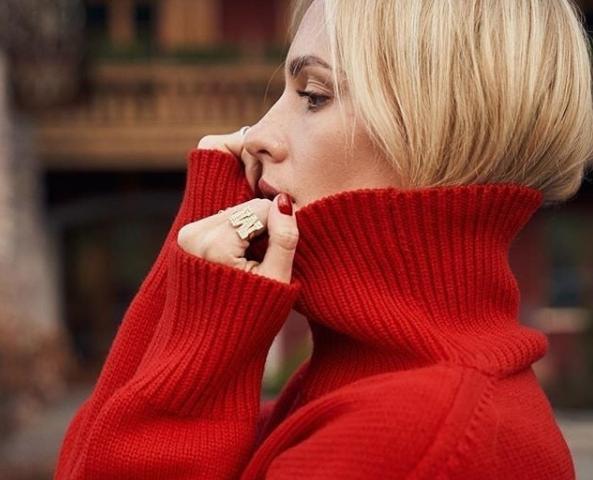 Crveni džemper idealan za praznike