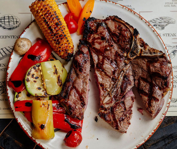 Šta je T-bone steak, kako se sprema, uz koje piće se jede i gdje ga kod nas možete pronaći