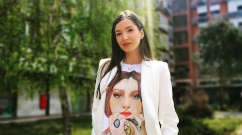 Iris Polumenta je obukla dugu bijelu košulju i napravila odličnu kombinaciju
