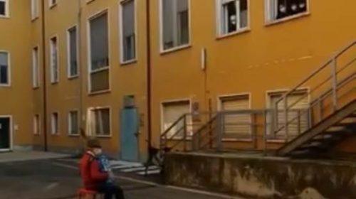 Snimak koji je rasplakao svijet: Čovjek koji svira svojoj supruzi ispod prozora njene sobe u bolnici Covid-19